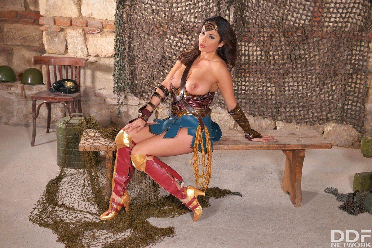 Брюнетка с большими сиськами в сексуальном наряде