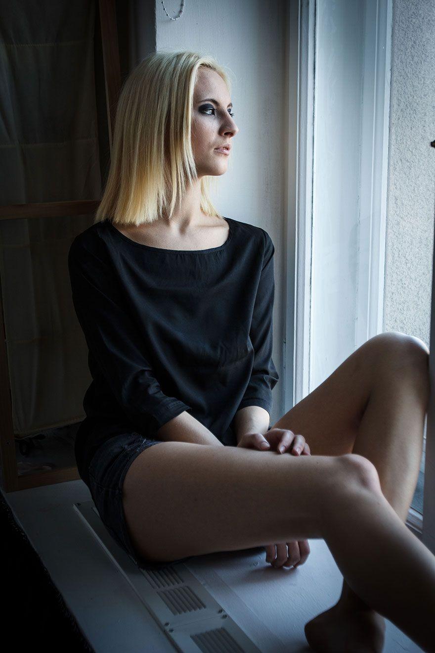 Фото блондинки в черном на подоконнике - эротика