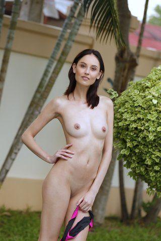 Мокрое тело обнаженной девчонки Janne
