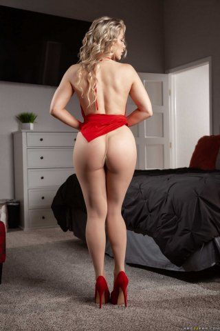 Сексуальная дамочка в красных туфлях снимает прозрачные колготки