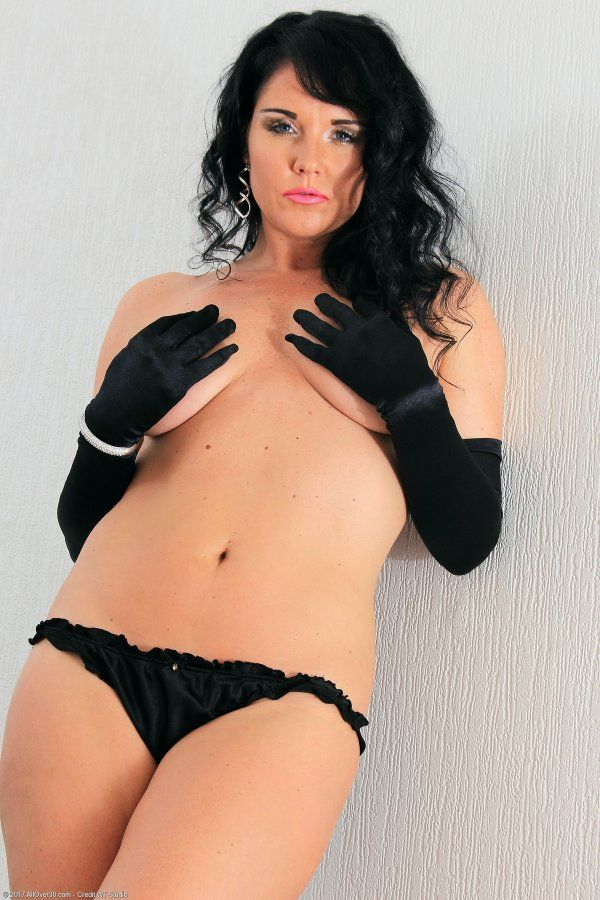 Фото голой женщины в черных перчатках