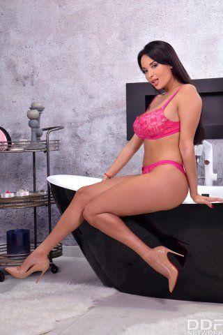 Красотка снимает юбку и трусики, чтобы поласкать рукой розовую пилотку