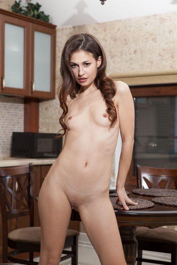 Голая деваха с красивой грудью на кухне