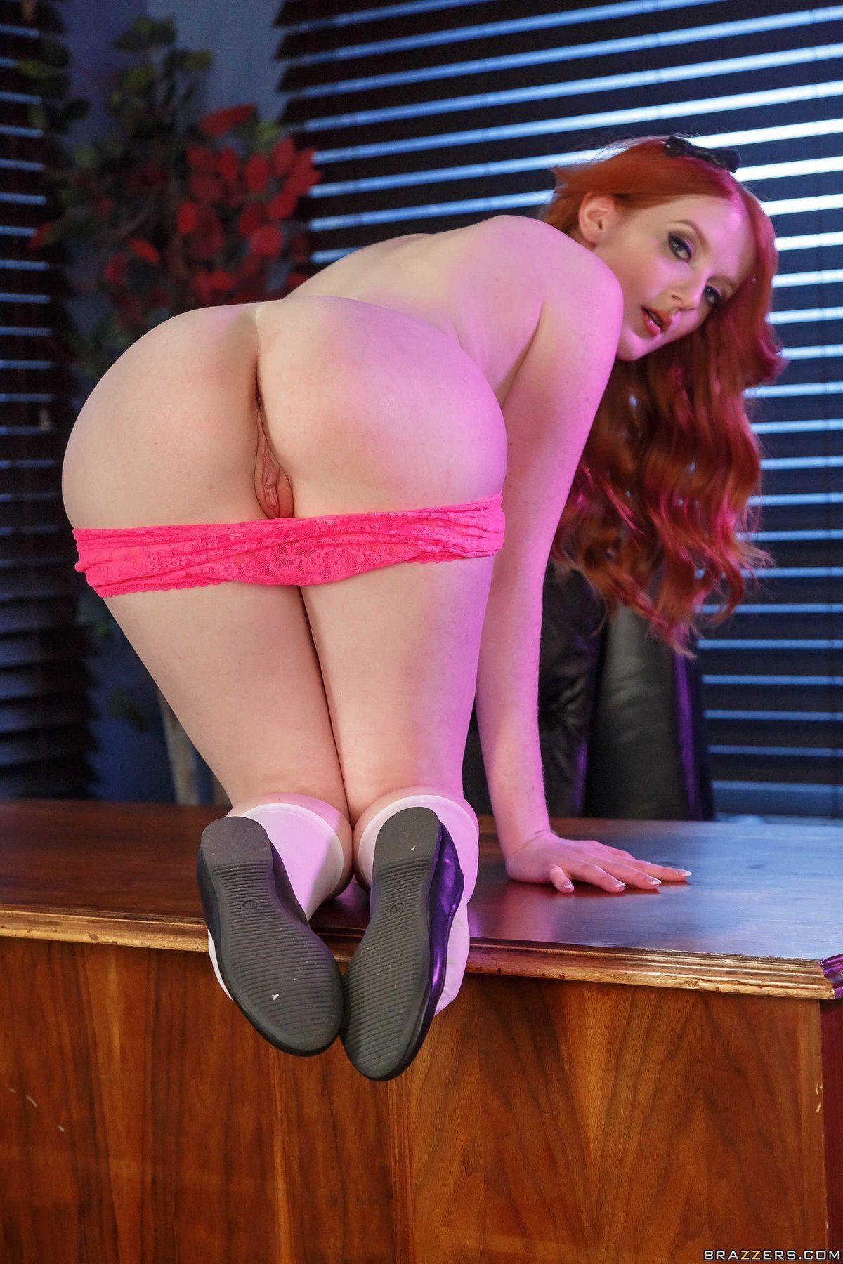 Рыжая женщина сняла розовые трусики в офисе