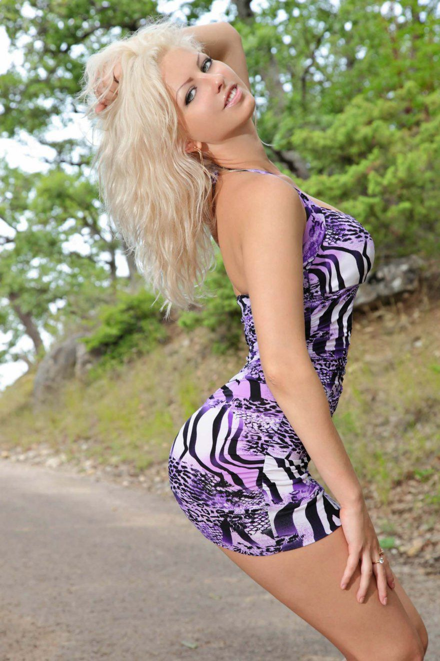 Блондинка с шикарной задницей разделась на дорожке