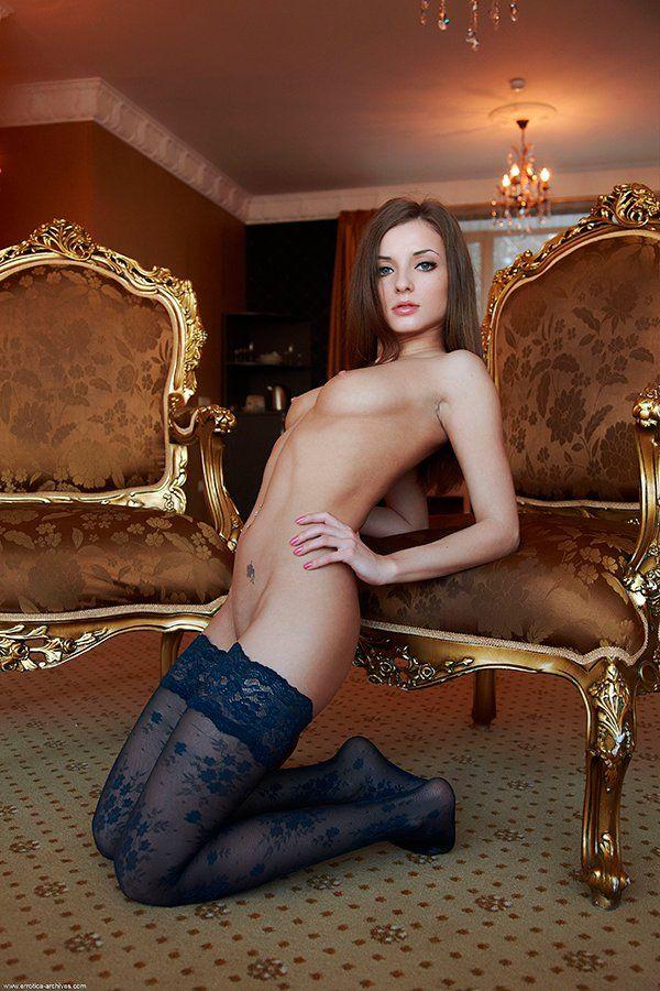 Стройная темноволосая девушка в голубых чулочках
