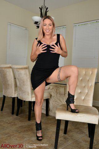 Roxxxie голая на стуле показывает татуированное тело